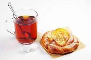 Brötchen mit Äpfeln und Tee foto