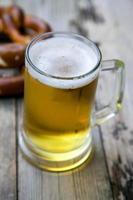 Tasse frisches Bier foto
