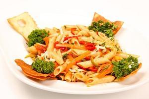Nudeln mit Gemüse und Sauce foto