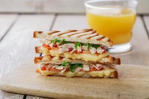 Toast-Sandwich-Grill mit Hühnchen und Käse foto