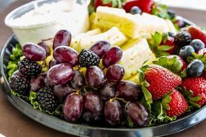 verschiedene Obst- und Käsetabletts