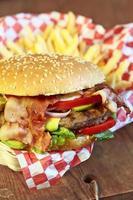 Burger und Pommes foto