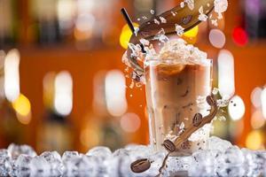 kaltes Kaffeegetränk mit Eis, Bohnen und Spritzwasser foto