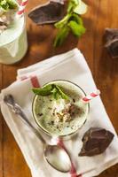 kalter erfrischender Minz-Schokoladensplitter-Milchshake foto
