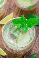 Cocktail mit Limette und Minze