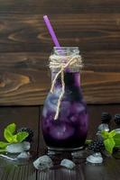 erfrischender Brombeersaft in der Flasche im Vintage-Öko-Stil foto