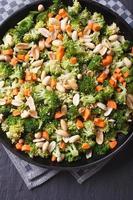Brokkoli mit Erdnüssen und Karotten Nahaufnahme vertikale Draufsicht foto
