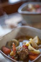 Nahaufnahme von Tortellini-Wurstsuppe für zwei foto