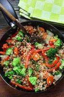 Buchweizen mit Karotten, Zwiebeln, Brokkoli und Paprika foto