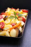rohes Gemüse (Kartoffeln, Zucchini, Tomaten, Auberginen, Karotten) zum Backen foto