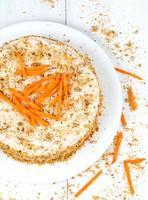 hausgemachter Gourmet-Biskuitkuchen mit Karottenscheiben und Walnusskrümeln foto