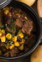 leckerer Winter traditioneller Hot Pot Eintopf mit Fleisch und Gemüse foto