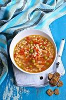 Suppe mit kleinen Nudeln, Gemüse und Fleischstücken
