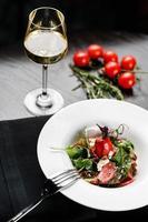 Salat mit Wein foto