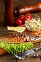 Gebratene Makrele mit Zitronenscheibe und Salat