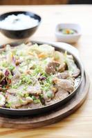 japanisches Essen Schweinefleisch mit Ingwer auf Pfanne foto