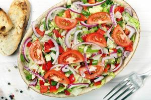frischer Salat mit Croutons auf hölzernem Hintergrund