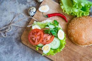veganer Burger mit frischem Gemüse foto