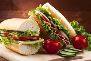 großes Sandwich mit Schinken, Käse und Gemüse foto