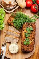 traditionelle leckere Fleischpastete mit Gemüse foto