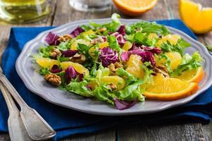 Salatmischung mit Orange und Walnüssen foto