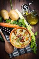 Suppengemüse auf Schüssel und Zutaten foto
