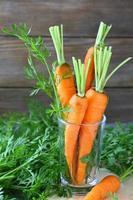 Karotten in einem Glas frischem Saft foto