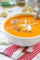 vegetarische Karotten-Kürbis-Cremesuppe mit Knoblauch und Kreuzkümmel foto