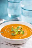 Curry-Karottensuppe mit Sahne und Kräutern foto