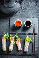 frische Frühlingsrollen mit Gemüse und Reisnudeln