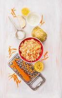 Salat aus frischem Sellerie und Karotten mit Joghurt, Zutaten eingestellt foto