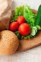 Hamburger Zutaten auf dem Tisch foto