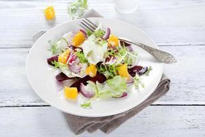 Salat mit Sauce auf einem Teller foto