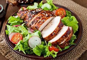 frischer Gemüsesalat mit gegrillter Hähnchenbrust