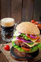 großer saftiger Hamburger mit Gemüse und Rindfleisch