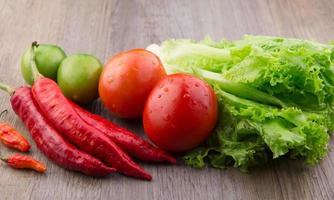 rote Chilis, Vogelaugen-Chilis, Salat, rote und grüne Tomaten