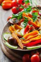 Gegrilltes Gemüse auf dem Holztisch foto
