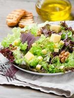 Salat mit Walnuss und Käse foto