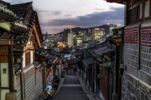Bukchon Hanok Dorf bei Sonnenuntergang foto