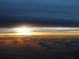 dramatischer Sonnenuntergang aus der Luft foto