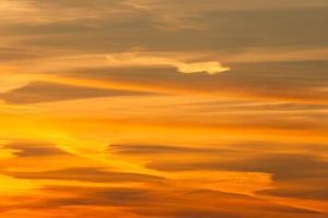 dramatischer Feuer Sonnenuntergang