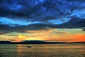 Tretboot und Sonnenuntergang foto