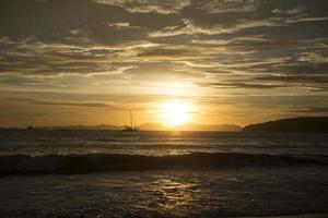 Segelboot im Sonnenuntergang foto