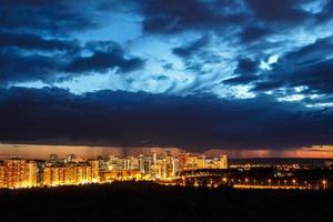 Sonnenuntergang über Stadtgebäuden foto