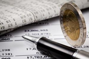 Finanzbericht mit Münzen foto