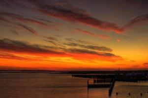 strahlender Sonnenuntergang über Docks