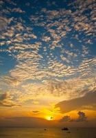 Himmel zur Sonnenuntergangszeit foto