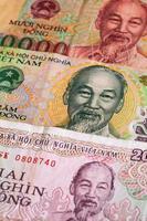 verschiedene vietnamesische dong banknoten auf dem tisch foto