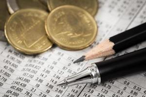 Geschäftsdiagramm zum Finanzbericht mit Münzen foto
