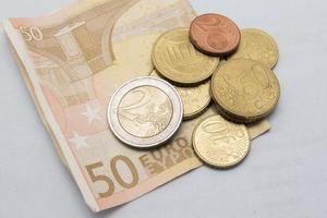 Geld - Euro-Münzen und Banknoten foto